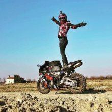 زنی که سوار بر موتور گرد جهان میچرخد + عکس