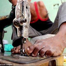 یک مرد هندی به دلیل معلولیت دستانش، اجازه ورود به مدرسه پیدا نکرد،با کسب مهارت خیاطی توانست به کمک انگشتان پاهایش خیاطی کند و به یک خیاط حرفهای تبدیل شود