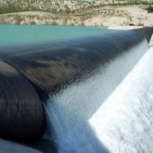 ساخت بزرگترین سد لاستیکی ایران صبح امروز در روستای خانه های آسیاب آستارا با حضور دکتر نجفی آغاز شد.براساس برآورد اولیه هزینه ساخت این سد 12 میلیارد تومان