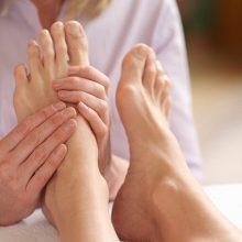 ماساژ پاها : اگر عادت کنید هر شب چند دقیقه قبل از خواب پاهایتان را ماساژ دهید فواید زیادی نصیب شما میشود؛ در این مطلب به ۸ فایده این ماساژ اشاره شده است.