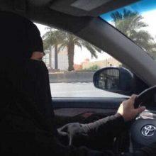 پادشاه عربستان طی فرمانی، ممنوعیت رانندگی زنان در این کشور را لغو کرد. عربستان سعودی سرانجام اجازه رانندگی به زنان را صادر کرد.