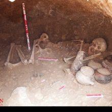 بقایای انسانی 19 اسکلت کشفشده در مجموعه باستانی لیارسنگبن شامل 9 مردو10زن بیانگراست که تدفینشدگان کمتر از 40 سال سن داشتهاند. مردگان جوان گورستان