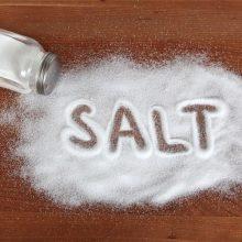 اگر چیپس، چوب شور و آجیل نمکی جزء تنقلات پرمصرف شما هستند، بهتر است به فکر کاهش مصرف آنها باشید، چراکه طبق مطالعه اخیر، مصرف زیاد نمک با خطر مضاعف نارسایی