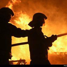 آتشسوزی دکل شماره 95 حفاری در منطقه رگ سفید همچنان ادامه دارد و نماینده وزیر نفت برای بررسی وضعیت به منطقه اعزام شده است.