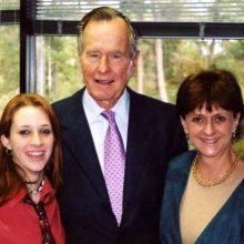 """یک زن مترجم از تجربه """"تلخ"""" آزار جنسی خود از سوی جورج اچ. دبلیو بوش در سال ۲۰۰۴ سخن گفته و فاش کرده که در آن سال در جریان یک ...؛ جورج بوش پدر"""