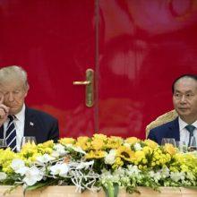 رئیس جمهوری آمریکا در جریان حضورش در نشستی در مراسم ضیافت و سخنرانی در ویتنام که شنبه عصر صورت گرفت ساعات دشواری را سپری کرد