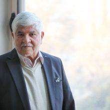 مسیر غرب به شرق، انتهای بزرگراه آیت الله هاشمی ، موسسه تحقیقات سرطان. «محمد هاشمی» در یکی از اتاق های ساختمان، پشت میزش نشسته است