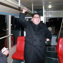کیم جونگ اون به همراه همسرش لی سول چجو شنبه شب (دیشب) سوار بر اتوبوس برقی جدید در خیابان های پایتخت کره شمالی به گردش شبانه پرداختند. رهبر کره شمالی با اتوبوس