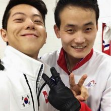 """در آستانه آغاز المیک زمستانی پیونگ چانگ در کره جنوبی دو ورزشکار اسکیت باز کره جنوبی و شمالی با انداختن یک عکس """"سلفی"""" خبرساز شدند. سلفی وحدت ورزشکاران دو کره"""