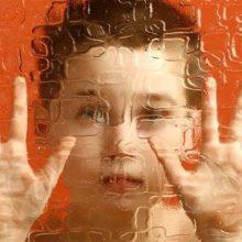 اختلال طیف اتیسم یکی از انواع اختلالات دوران کودکی است که رشد و گسترش مهارتهای اجتماعی و ارتباطی فرد را مختل میکند. این اختلال علائمی دارد