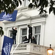بهرام قاسمی سخنگوی وزارت امور خارجه کشورمان، اعلام کرد که متعرضان به سفارت ایران در لندن توسط پلیس انگلستان دستگیر و با دخالت پلیس مسئله تمام شد.