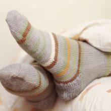 خوابیدن با جوراب هرچند ممکن است عادتی غیرمعمول به نظر برسد اما احتمالا میتواند به سریعتر خواب رفتن فرد کمک کند.
