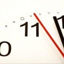 ساعت رسمی کشور هر سال در ساعت ۲۴ روز اول فروردین ماه یک ساعت به جلو کشیده میشود و در ساعت 24 روز سی ام شهریور به حال سابق برگردانده میشود.