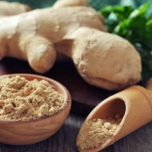 از ریشه زنجبیل قرن هابه خاطر محتوای بالای مواد مغذی ضروری و ترکیبات قدرتمند برای دلایل مختلف پزشکی استفاده میشده است. آب زنجبیل