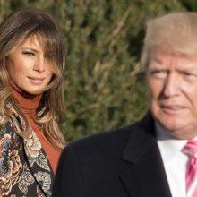 دونالد ترامپ در اظهاراتی در یک مراسم به شوخی این سوال را مطرح کرد: نفر بعدی که کاخ سفید را ترک میکند چه کسی است؟ استیو میلر یا ملانیا؟! چه کسی کاخ سفید را ترک می کند