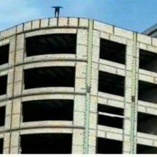 جوان 19 ساله اردبیلی عصر چهارشنبه با پرتاب خود از بالای یک ساختمان نیمه کاره در میدان شریعتی اردبیل خودکشی کرده و به زندگی خود خاتمه داد. خودکشی جوانی از بالای ساختمان در اردبیل