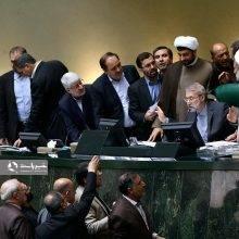 تعدادی از نمایندگان عضو فراکسیون ولایی مجلس به محض ورود مجلس به لایحه الحاق ایران به کنوانسیون مقابله با تامین مالی تروریسم CFT با در دست داشتن پلاکاردهایی