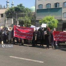 برخی پزشکان متخصص زنان و زایمان امروز در اعتراض به بخشنامه وزارت بهداشت، مبنی بر «ترویج زایمان طبیعی 97» مقابل سازمان نظام پزشکی تجمع کردند