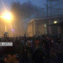 شب گذشته تعدادی از معترضان در بصره در اقدامی خرابکارانه و مشکوک به کنسولگری ایران در بصره حمله کردند و ضمن آسیب رساندن به وسائل داخل این مکان