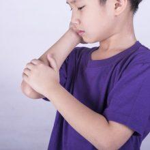 """در حالیکه آرتریت شامل بسیاری از بیماریهاست که موجب التهاب مفصل و آسیب دیدگی آن میشود """"آرتریت ایدیوپاتیک جوانان""""(JIA)شایعترین شکل این عارضه در کودکان است"""