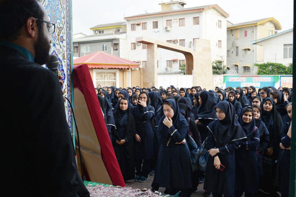 شهردار منطقه دو با حضور در دبیرستان دخترانه توحید سال تحصیلی 96 و آغاز فعالیت مجدد مدارس را به دانش آموزان، مدیران و مربیان این دبیرستان تبریک گفت.