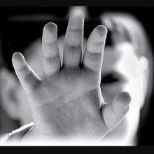 زن جوان که با سر و وضع آشفته و دستبندی بر دست وارد اتاق مشاوره شد آرام و قرار نداشت اظهارات زنی را منتشر کرده که بدلیل شکنجه فرزند ش بازداشت شده است