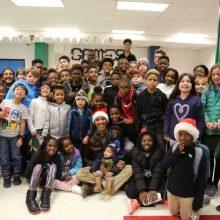 """باراک اوباما، رییس جمهور سابق آمریکا با پوشیدن کلاه بابانوئل با 50 دانشآموزان مقطع راهنمایی در کلوب """"جلف"""" (Jelleff) در واشنگتن دیدار کرد. شغل جدید اوباما"""
