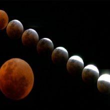 چندهفتهای است که خبرهایی با عنوان تقارن ماههای رنگی (آبی و سرخ و ...) در رسانهها منتشر میشود؛ اما واقعیت آن است که ماهگرفتگی امشب با حضیض مداری ماه مقارن شده و ماه به بزرگترین اندازه در حالت گرفت دیده میشود.