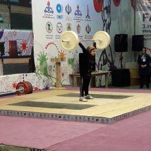 دختر وزنهبردار ۸ ساله اردبیلی در مراسم اختتامیه جام فجر وزنهبرداری بر روی تخته رفت و وزنه زد.