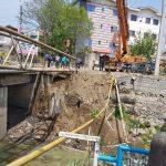 در هفته جاری دستگاه حفار پیمانکار شهرداری رودسر به علت عدم رعایت نکات ایمنی، باعث شکستگی دکل و واژگونی آن بر روی خرپای لوله گاز شد.